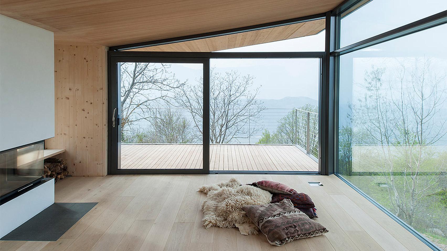 Glass walls frame vineyard views from Modostudio's mountain retreat