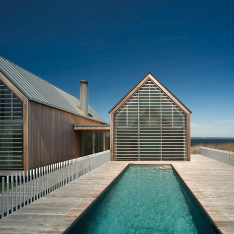 Rhode Island coastal retreat by Roger Ferris comprises multiple gabled forms