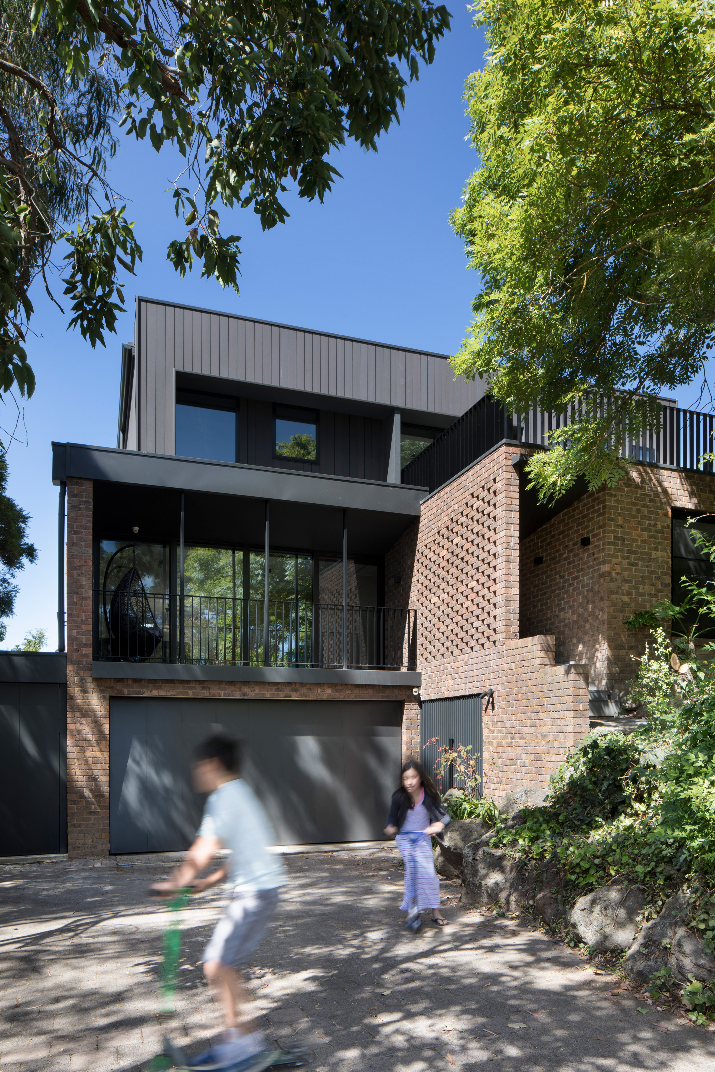 """Inbetween Architecture transforms """"terribly dated"""" 1970s Melbourne house to open up lake views"""