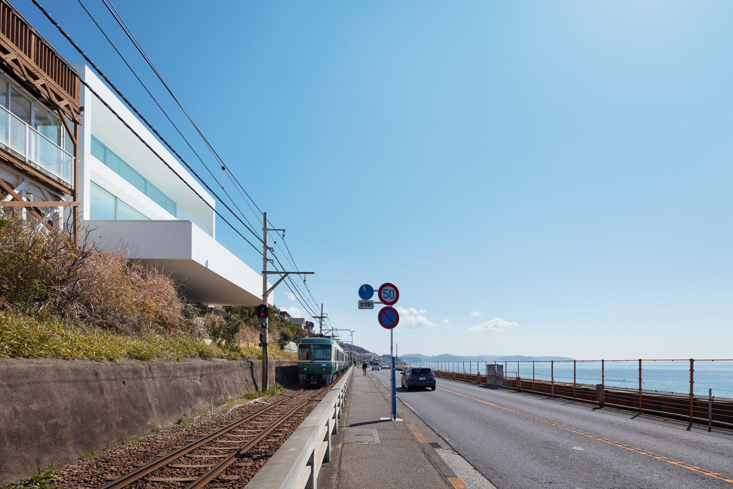 Windowless facade obscures seaside home in Kanagawa by Shinichi Ogawa & Associates
