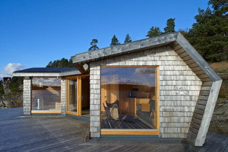 Pine-clad sauna by Murman Arkitekter sits on the Stockholm archipelago