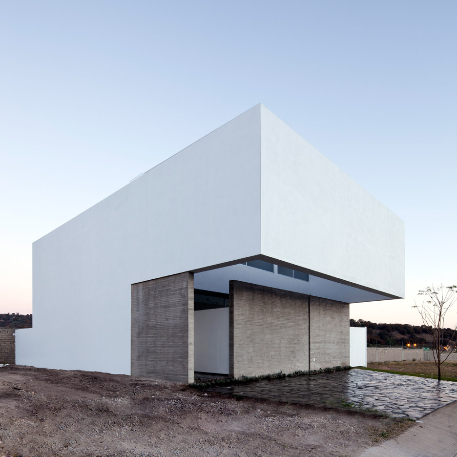 Abraham Cota Paredes completes introspective white house in Mexico