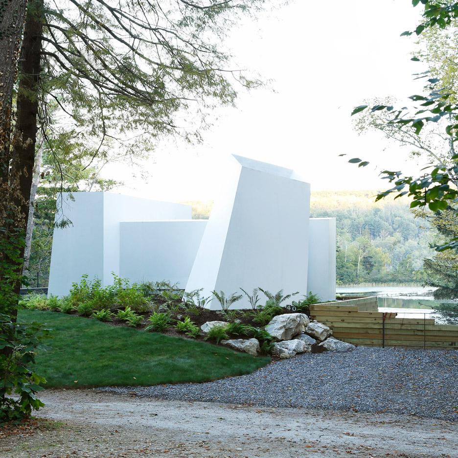 Taylor and Miller creates sculptural weekend home beside a Massachusetts lake