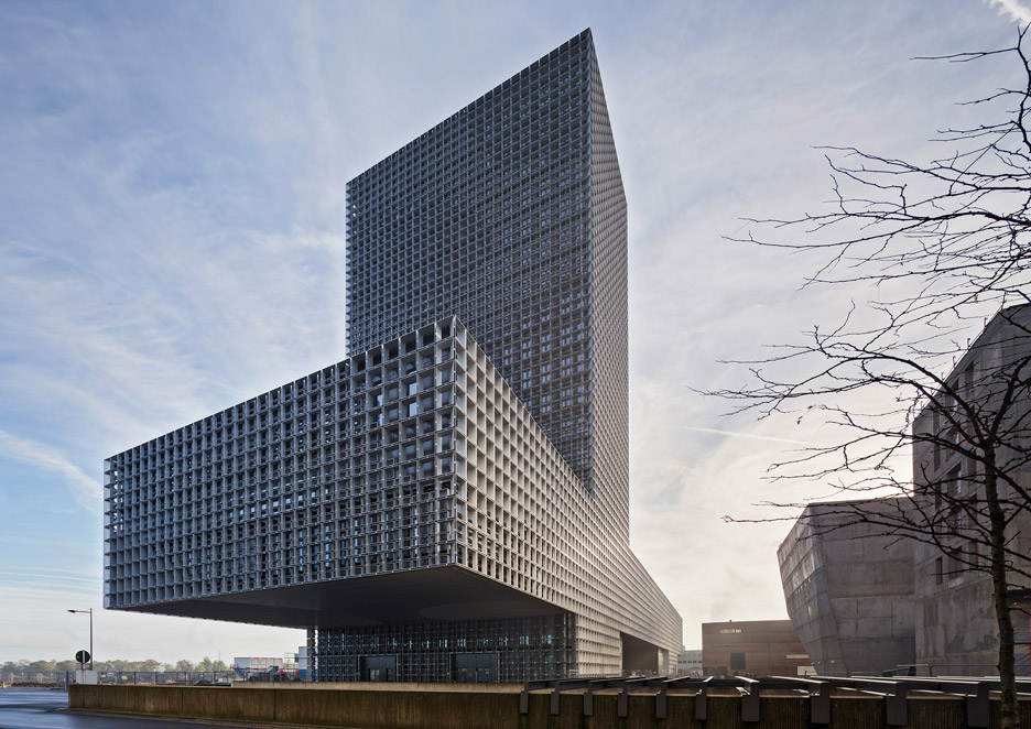 Steel grid covers double cantilevered building for the University of Luxembourg