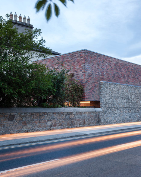 """ODOS Architects creates introverted house on """"undevelopable"""" site in Dublin"""