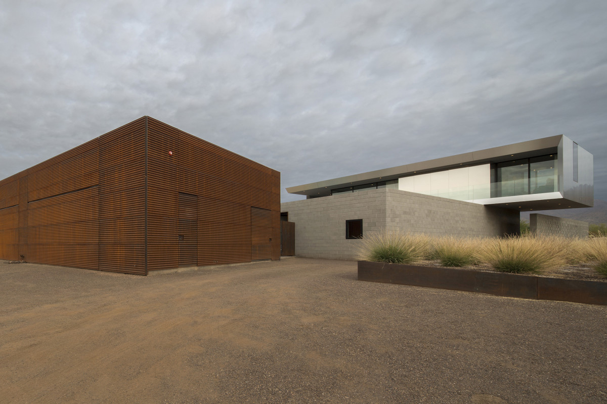 A Cuboid Home Reflecting The Desert
