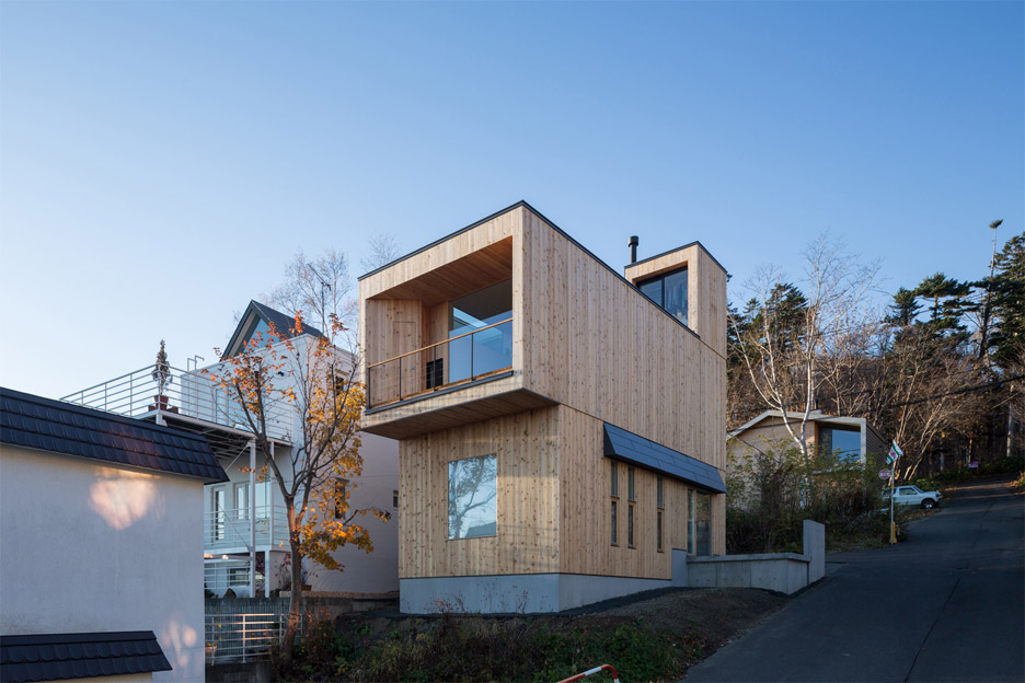 Akasaka Shinichiro Atelier uses timber framework to create adaptable house in Japan