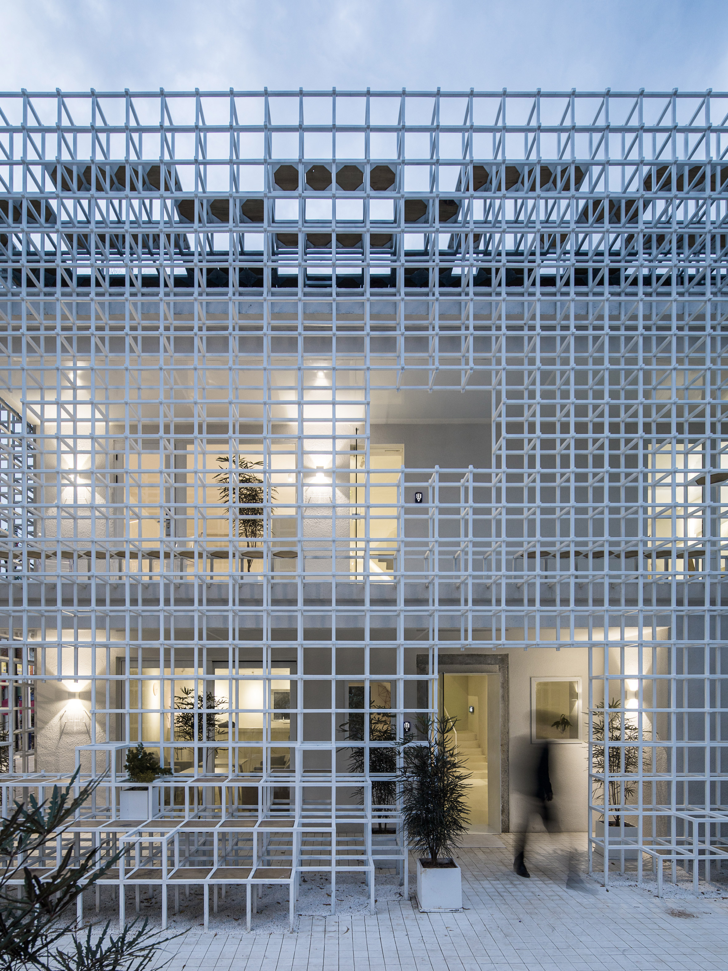 Latticed framework incorporates seating around the edges of Shenzhen hotel and cultural centre