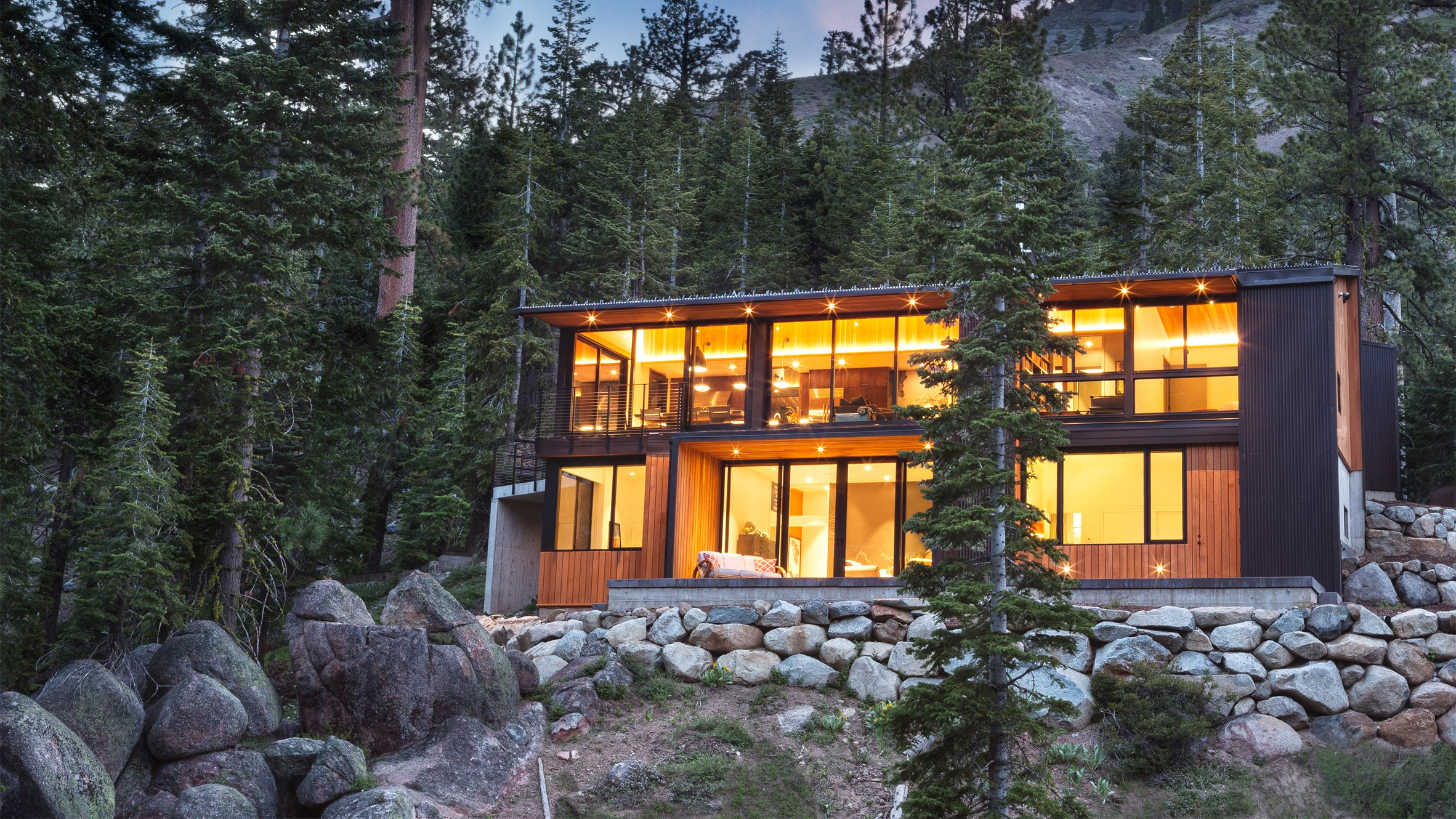 Studio Bergtraun perches black cabin on steep slope in the Sierra Nevada mountains