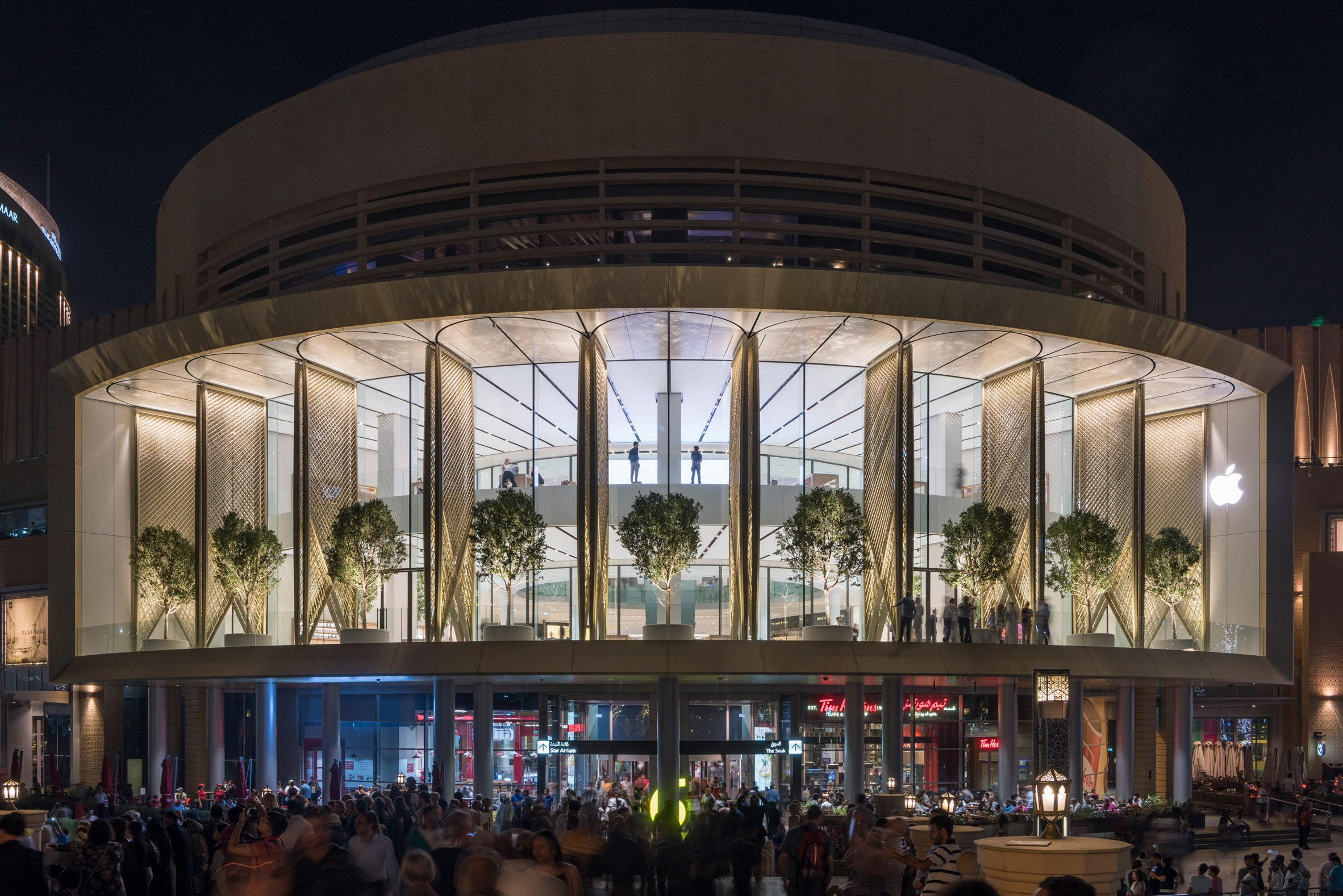 """Foster + Partners completes Dubai Apple Store with carbon-fibre """"solar wings"""""""