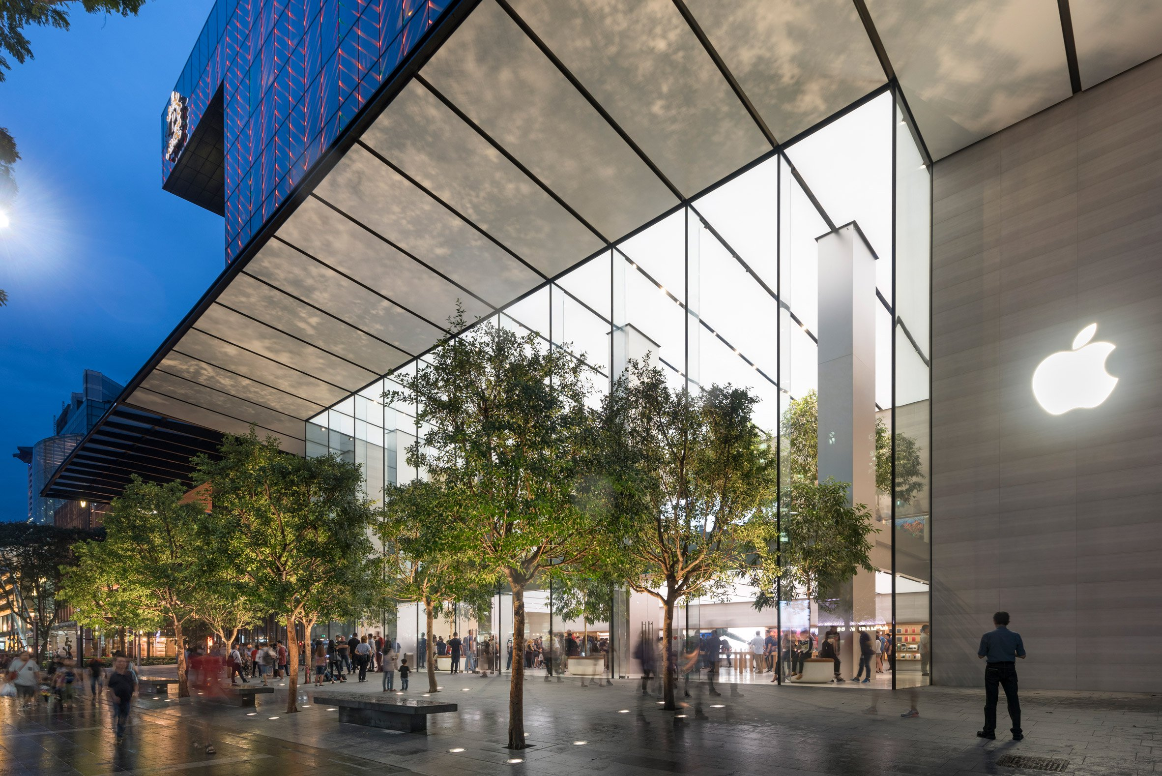 """Foster + Partners opens """"one of our greenest Apple spaces yet"""" in Singapore"""
