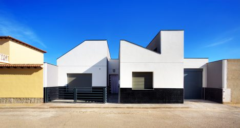 OOIIO Architecture's Casa ARM appears cut in half by a recessed entrance