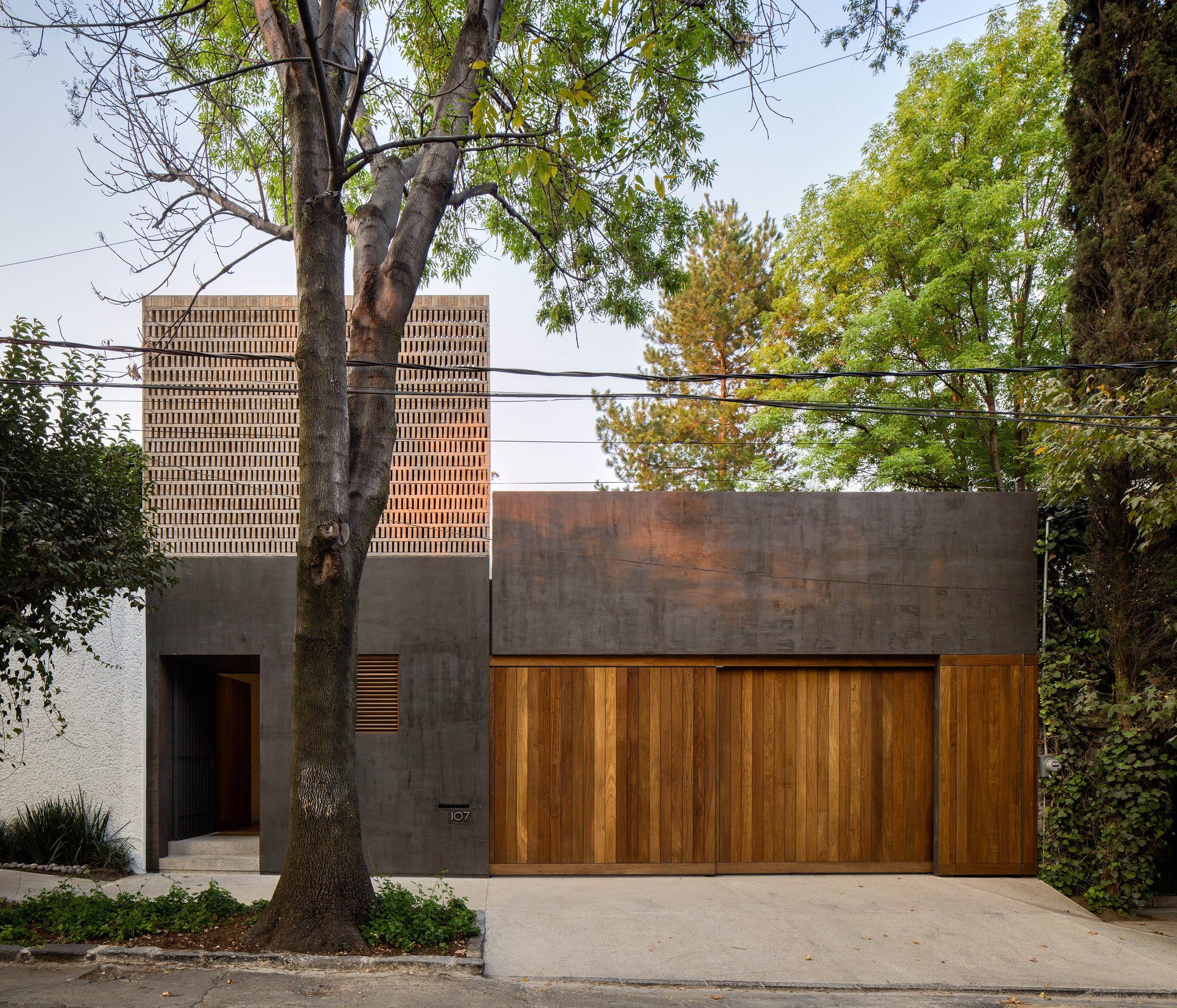 DCPP arranges dark-walled Mexico City house around two courtyards