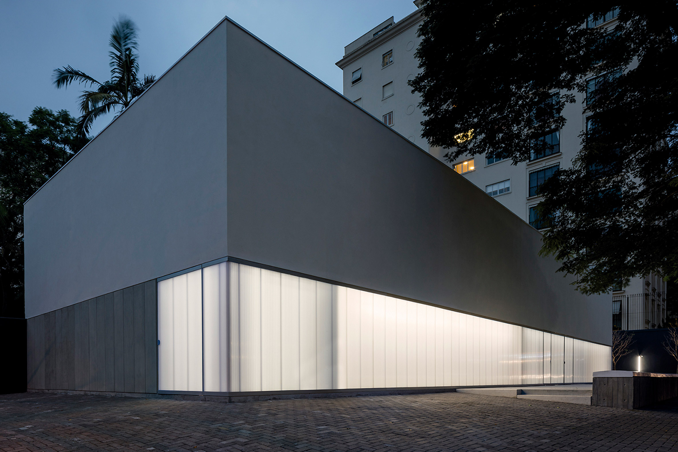 Translucent panels create glowing facade for São Paulo gallery by Metro