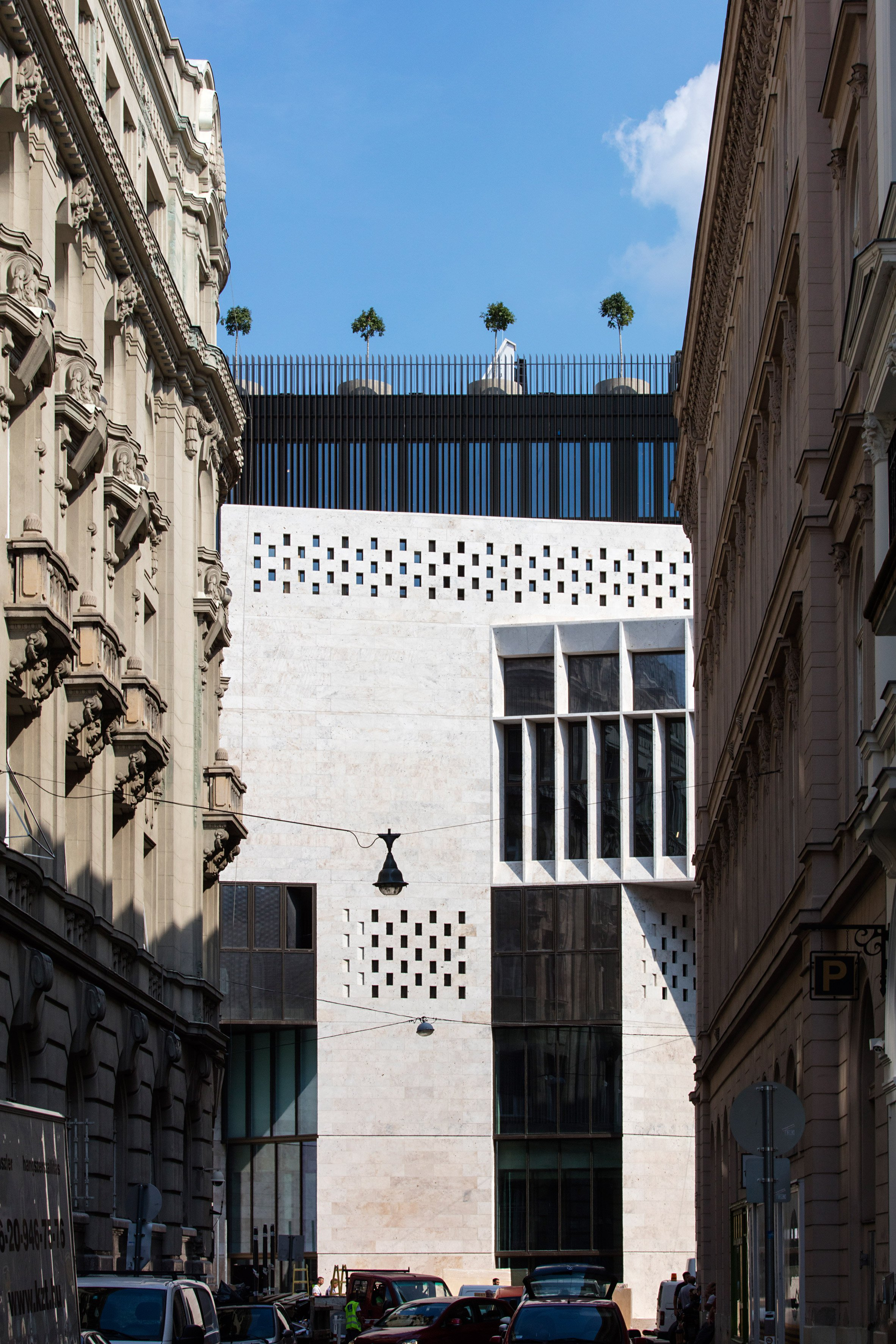 "O'Donnell + Tuomey uses ""surgical strategy"" to link new and old buildings of Budapest university"