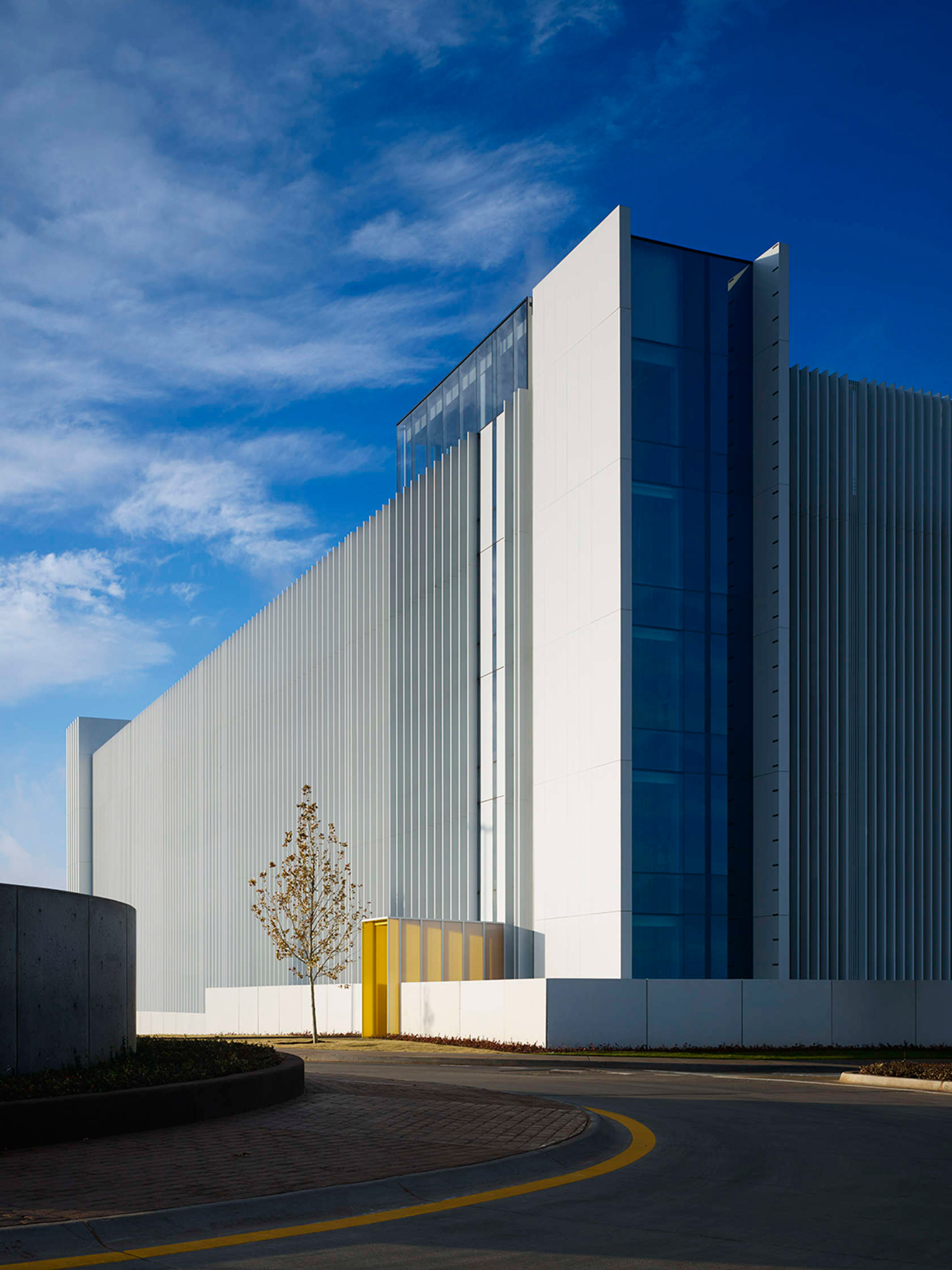 Elliott + Associates wraps Chesapeake car park in white fins