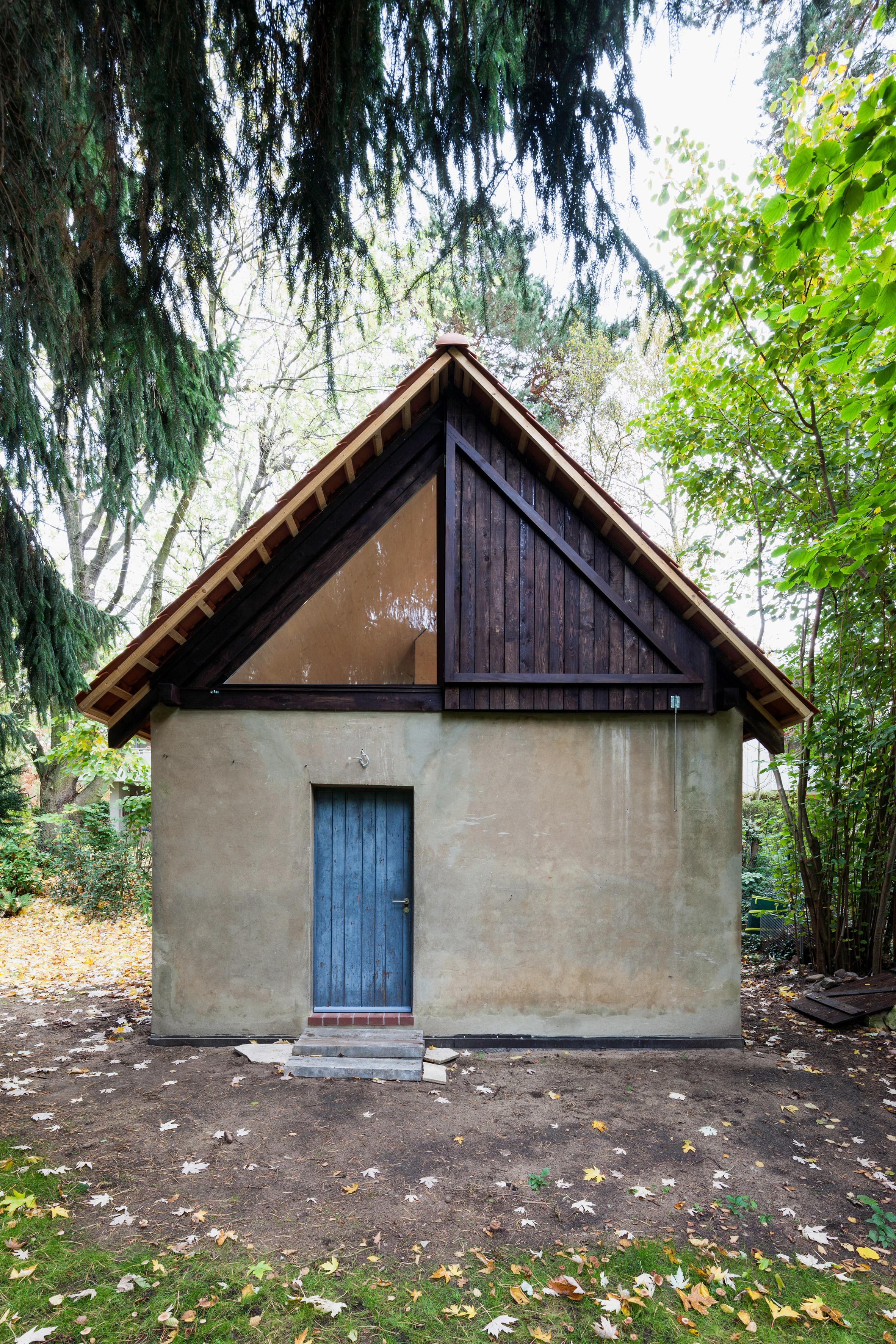 Büros für Konstruktivismus turns a chicken coop in Berlin into an artist's studio