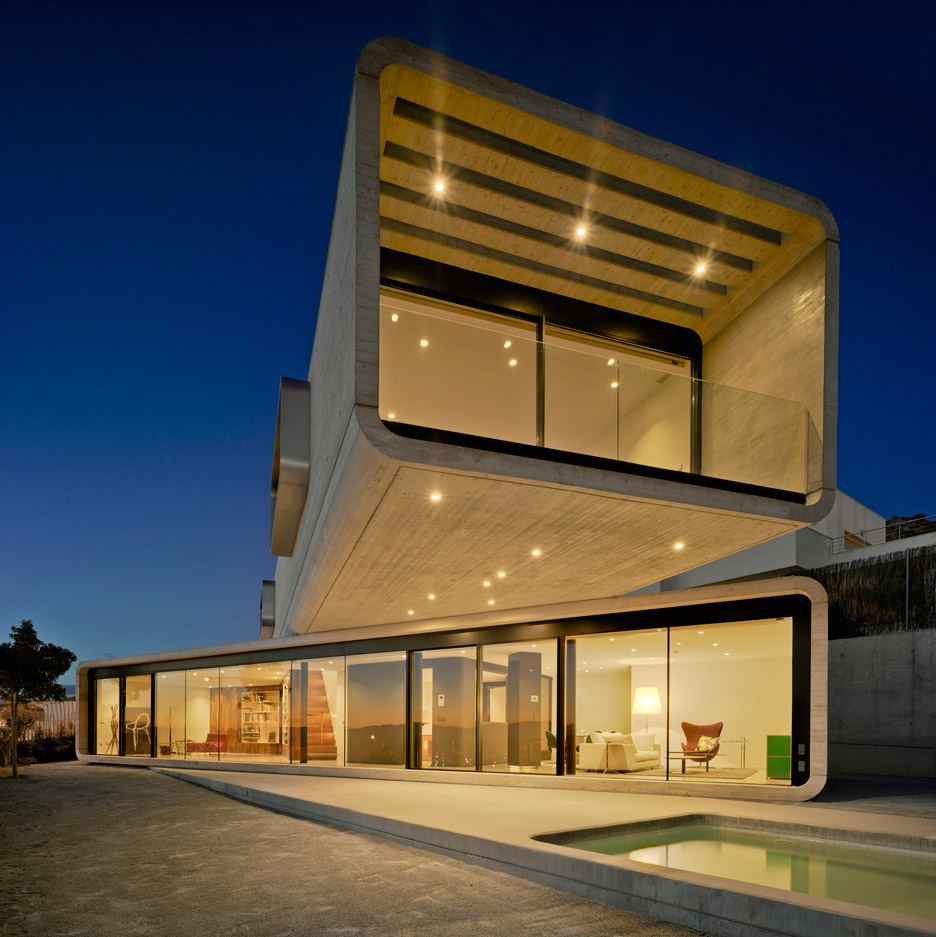 Clavel Arquitectos creates extreme concrete cantilever for Crossed House in Spain