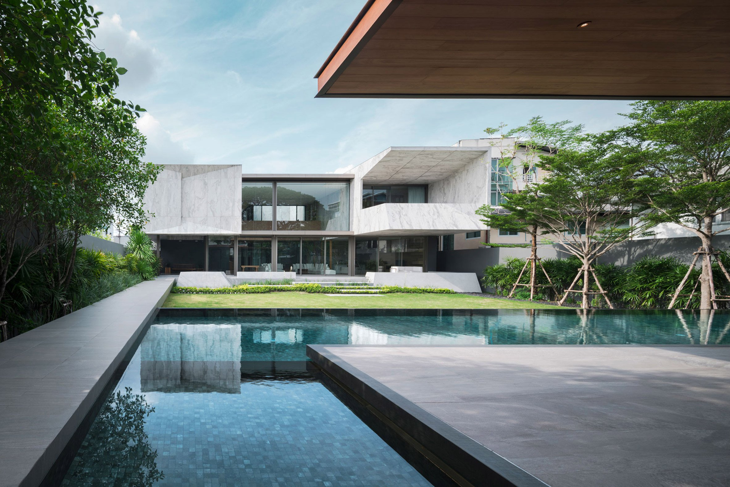 """Openbox Architects tops Bangkok house with """"monolithic piece of marble sculpture"""""""