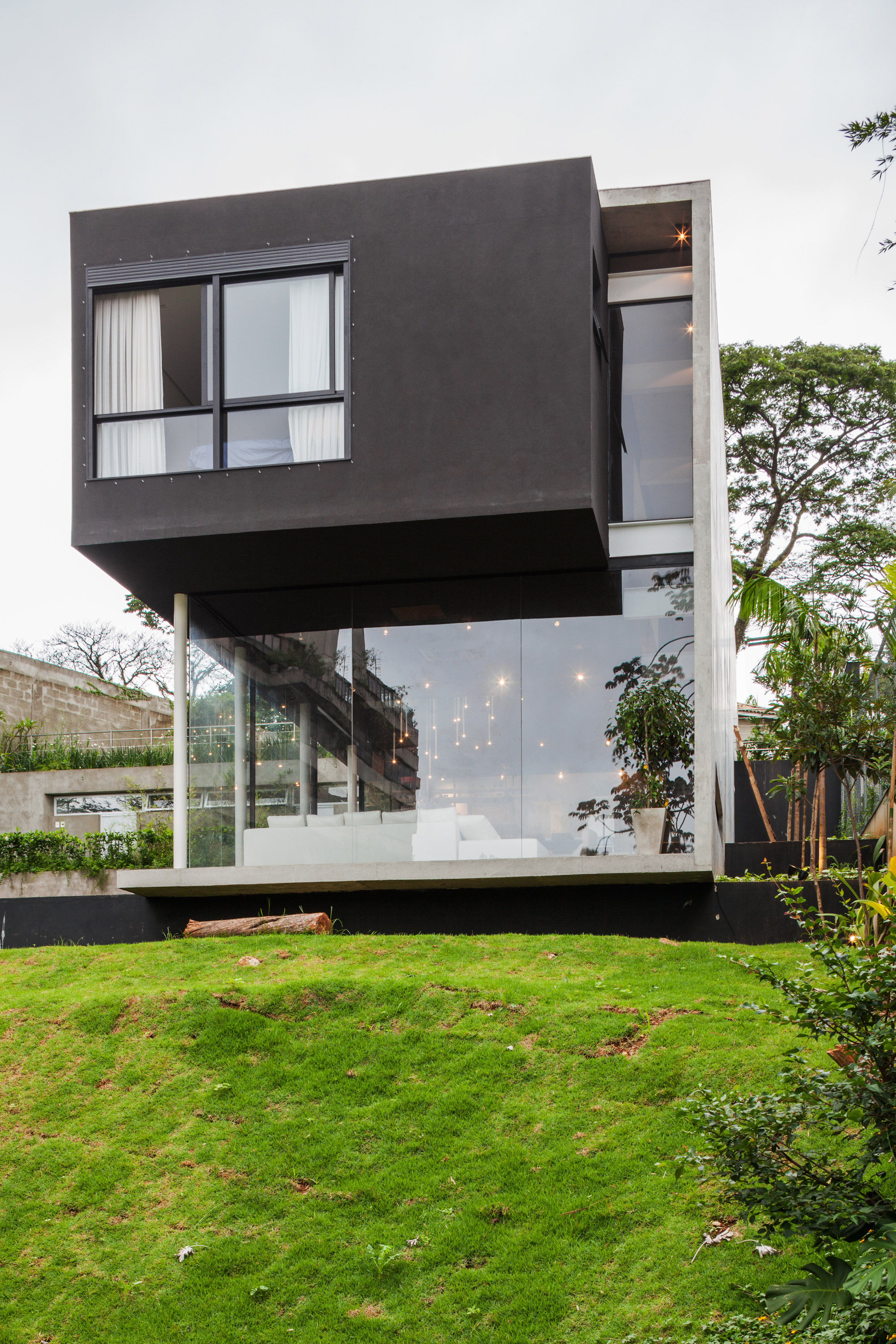 Concrete volume appears to rest on glass in Brazilianhouse byFGMF Arquitetos