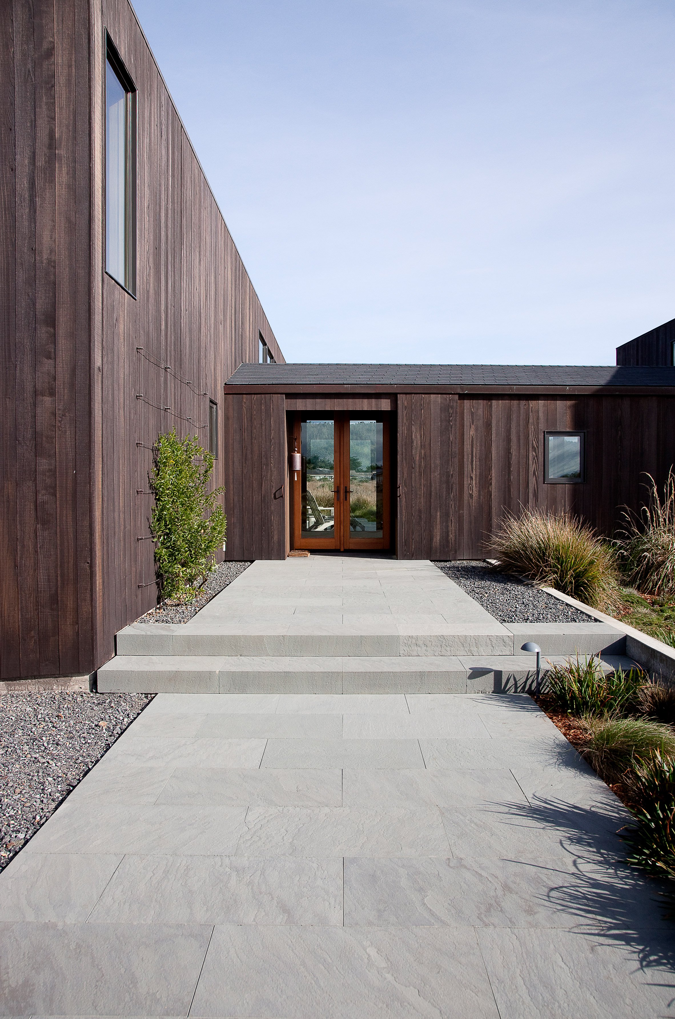 Malcolm Davis creates redwood-clad Meadow House in northern California