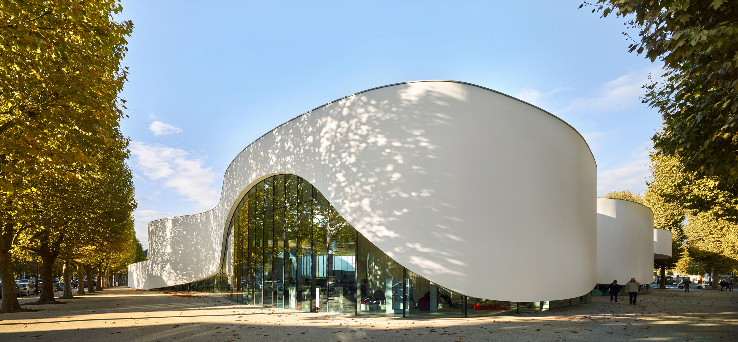 "Dominique Coulon & Associés gives library undulating walls like an ""unfurling ribbon"""