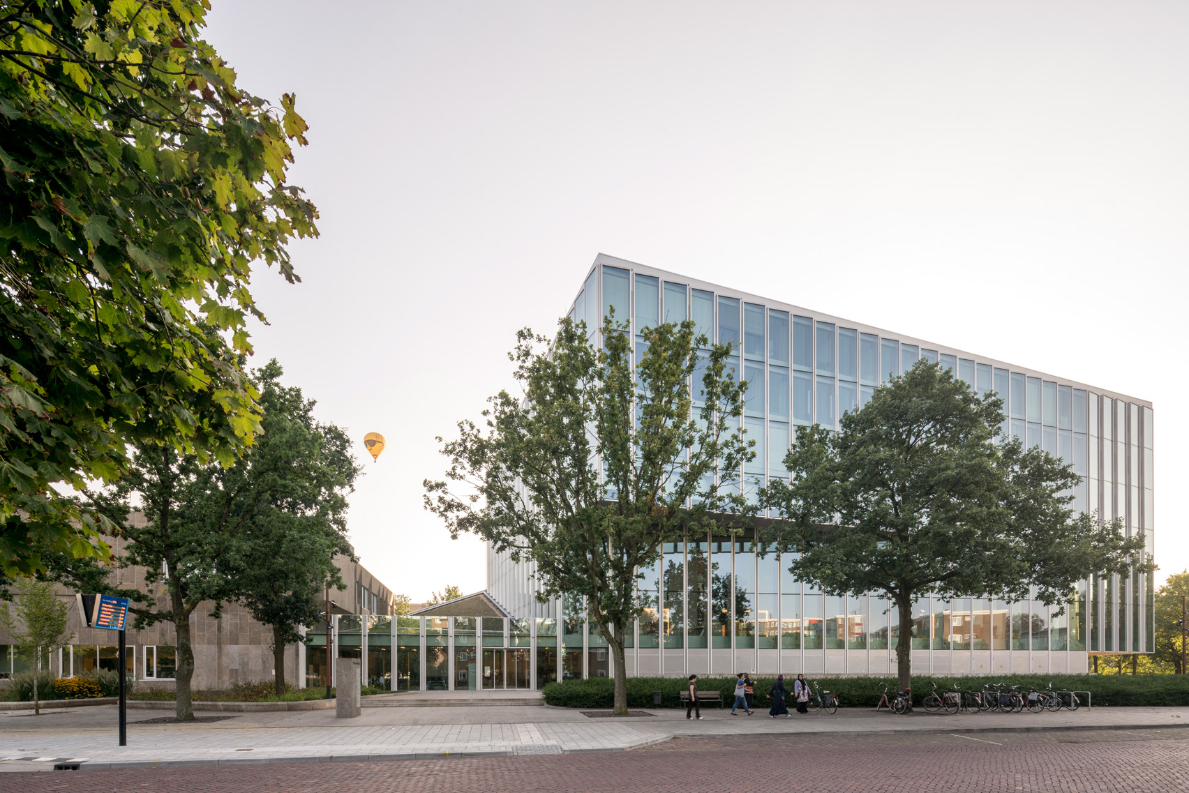 Rob Hootsmans adds serrated glass extension to stone-clad Dutch courthouse