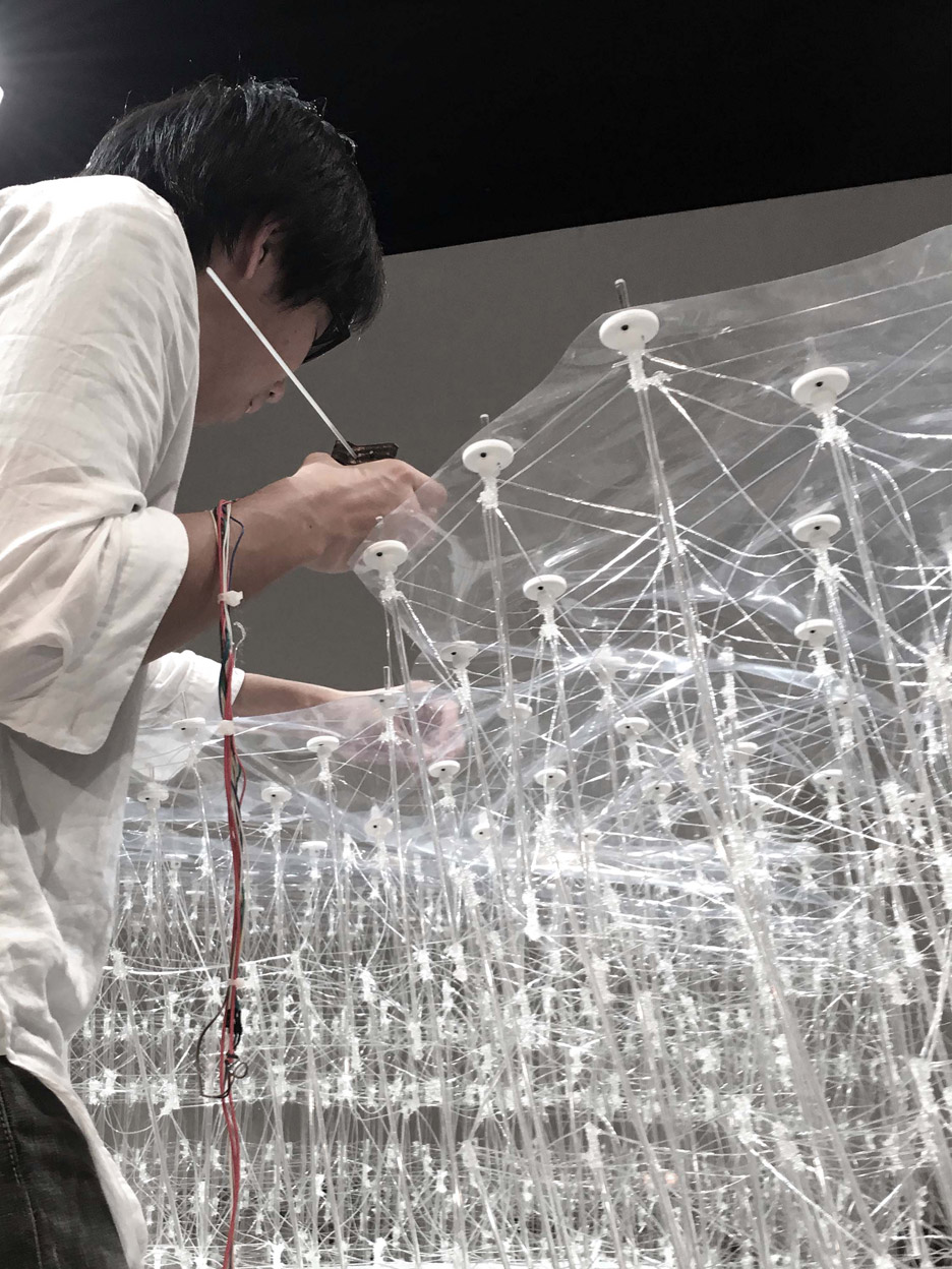 """Tokyo university students create """"drawn-in-place"""" architecture using a 3D-printing pen"""