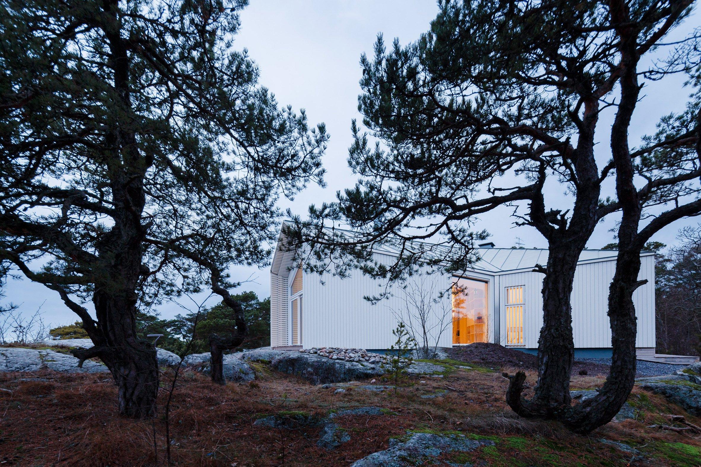 Mer Arkkitehdit sets spruce-panelled villa into cliff face in Finnish seaside town