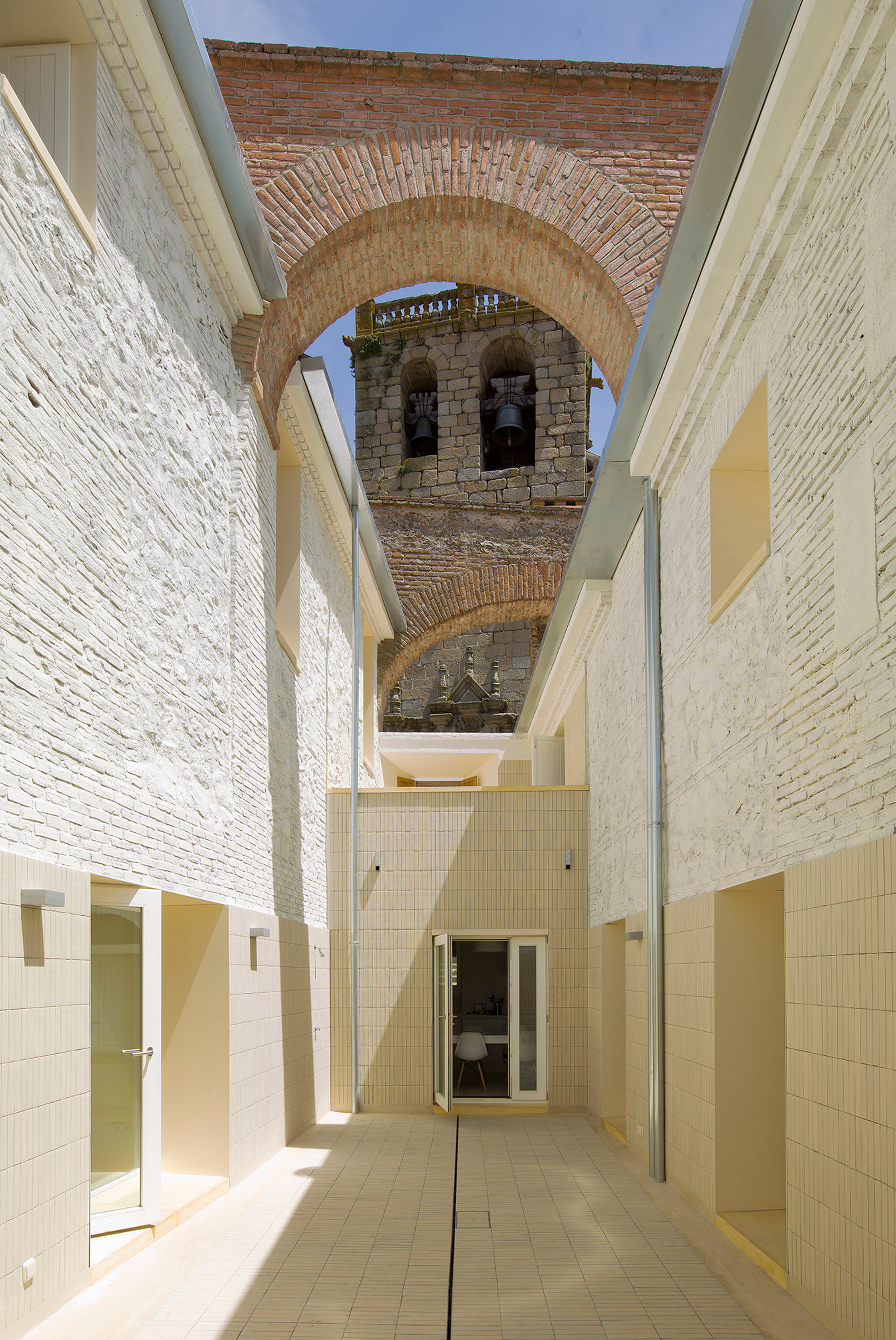 Paredes Pedrosa Arquitectos transforms ruined buildings within walls of Spanish castle intolight-filled homes